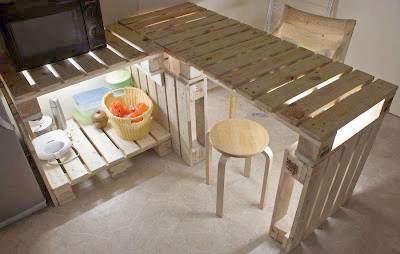 Table et meubles de cuisine de palettes avec un clairage tr s original - Meuble cuisine en palette ...