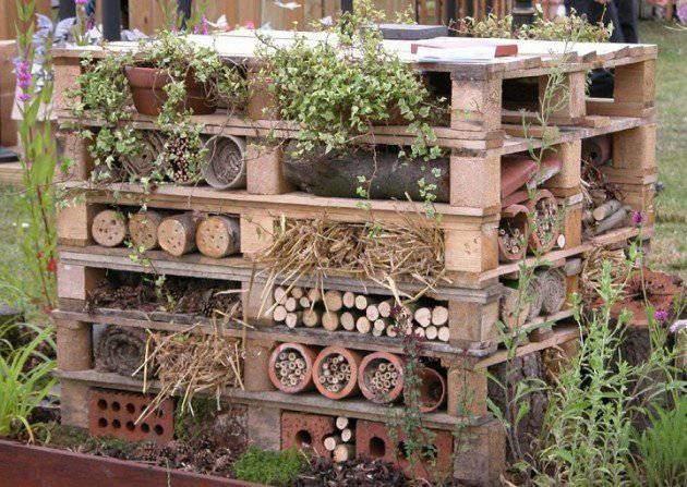 Une bonne idée pour ordonner le jardin et décorer en même temps