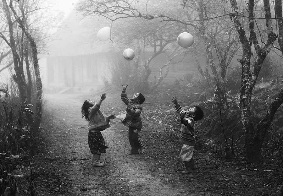 trois enfants et ballons